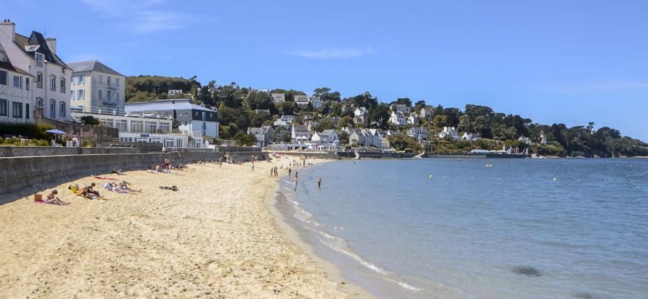 La plage de sable blanc en Cornouaille dans le Finistère en Bretagne