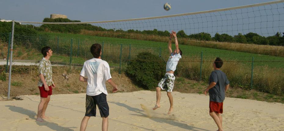 Le terrain de volley au camping Le Grand Large en Bretagne